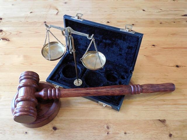 wolna grafika - prawo, sąd, wyrok, sędzia, rozprawa, młotek